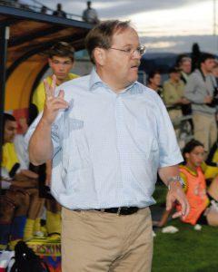 Football Challenge league, Wohlen 26 mai 2007. FC Wohlen - SR Delémont 0-1. Les SRD se maintiennent en Challenge league. Photo: reste trois minutes à jouer signale Hottiger à ses assistants Sahin et Chittano. (Roger Meier/Bist)